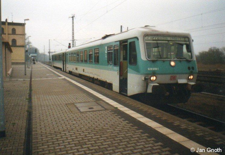 Zu Beginn des Jahres 2000 war der Abschnitt Hagenow (Land) - Zarrentin der ehemaligen Hauptstrecke Hagenow - Neumünster noch in Betrieb. Noch bis weit in die 1990er Jahre hinein waren auf dieser Strecke noch modernisierte Ferkeltaxen der Baureihe 771/772 im Einsatz, erst wenige Jahre vor der Abbestellung dieser Strecke im Jahr 2000 wurden die Ferkeltaxen der Baureihen 771/772 durch neue Fahrzeuge der Baureihe 628.4 ersetzt. Im April 2000 steht 628 699 in Hagenow (Land) zur Abfahrt nach Zarrentin bereit, nur wenige Monate später wurde diese Strecke durch das Land Mecklenburg-Vorpommern abbestellt.