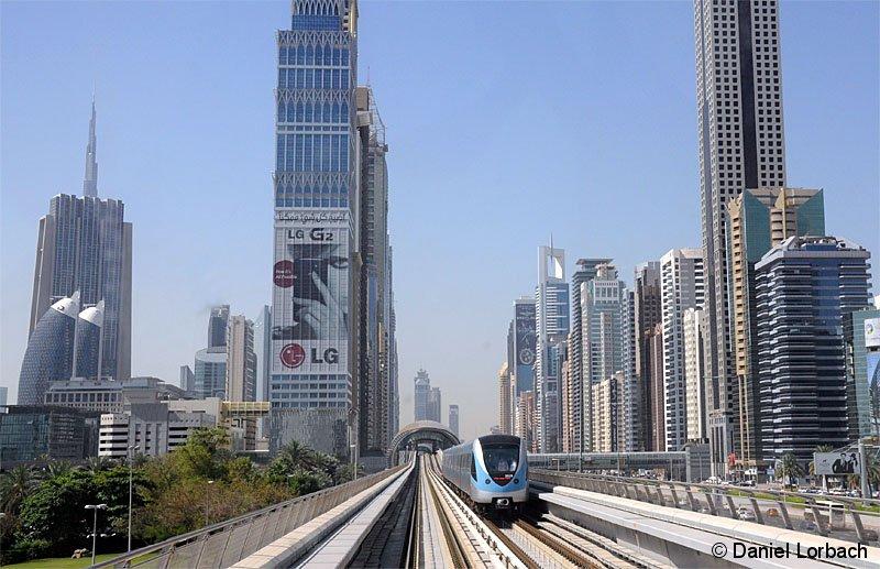 Die fahrerlosen Züge der Metro Dubai fahren seit September 2009 größenteils als Hochbahn durch die Stadt am Persischen Golf. Triebzug 5029 erreicht in kürze Station Nr. 23, Emirates Towers.