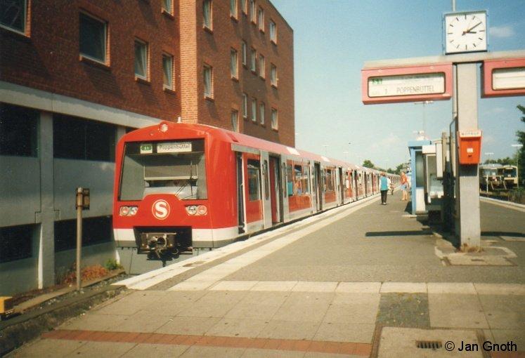 Am 24.08.1997 erfolgte der erste Fahrgasteinsatz der Baureihe 474. Das Bild zeigt den aus den Einheiten 006+007 ersten Fahrgastzug der Baureihe 474 am Tag des ersten Fahrgasteinsatzes am 24.08.1997 in Wedel. Auf der Front des 474 ist das damals neue Unternehmens-Logo der S-Bahn Hamburg GmbH angebracht, welches inzwischen dem regulären DB-Logo gewichen ist. Auf dem Bahnsteig sind noch die aus den späten 1970er Jahren stammenden Fallblatt-Anzeigen vorhanden, in der Abstellanlage im Hintergrund stehen ein blauer 470 und ein türkis-crémer 472 abgestellt. Die Baureihe 474 prägt auch heute noch das Bild in Wedel und auf der S1, aber all diese kleinen, aber feinen Details verraten, dass dieses Bild doch schon wieder einige Jahre alt ist.