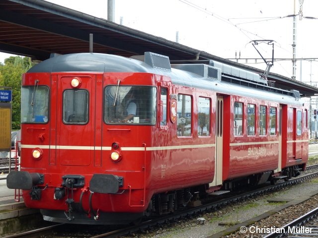 Elektrotriebwagen BDe 4/4 92 der Zürcher Museumsbahn www.museumsbahn.ch, aufgenommen am 21.9.2014 am Bahnhof Rapperswil. Das Fahrzeug besitzt mit Tischen versehene Plätze der 2. Klasse. Im früheren Gepäckraum befindet sich die Küche.
