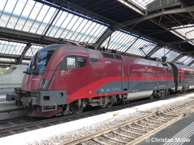 Elektrolokomotive 1116 215-5 mit ÖBB Railjet nach Wien-Westbahnhof, aufgenommen am 21.9.2014 imm Bahnhof Zürich HB.