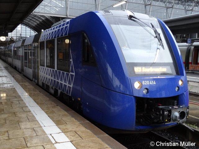 Im Frankfurter Hauptbahnhof steht der Zug der Eisenbahngesellschaft vlexx nach Saarbrücken, bestehend aus zwei dreiteiligen LINT 81. Die Aufnahme entstand am 19.12.2014.