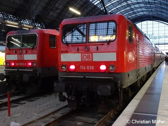 E-Loks im Frankfurter Hauptbahnhof am Morgen des Sonntags den 21. 12.2014. Die auf Gleis 7 befindliche 143 852-2 links im Bild hat die Regionalbahn nach Hanau über Frankfurt Ost gezogen. Auf dem Nachbargleis 8, rechts im Bild ist die Zugmaschine 114 036 vom Regionalexpress nach Fulda zu sehen.