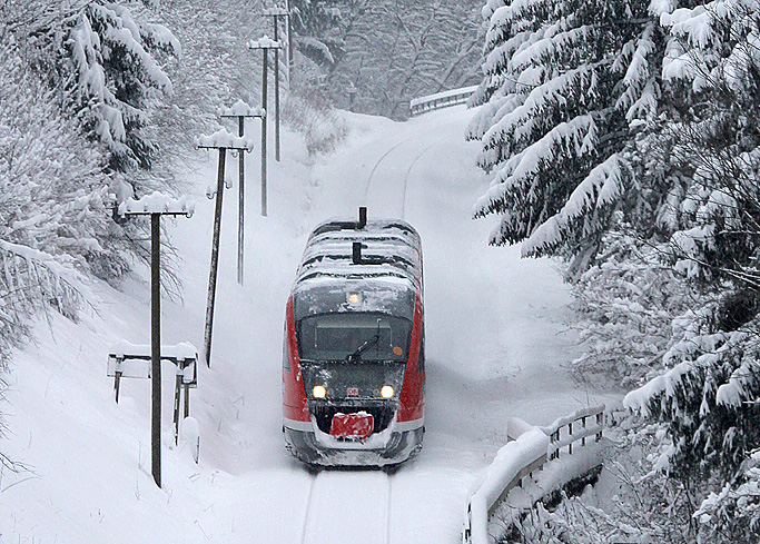 Winter auf der Außerfernbahn: Am 28.12.2014 wurde ein Desiro-Triebwagen in Maria Rain aufgenommen.