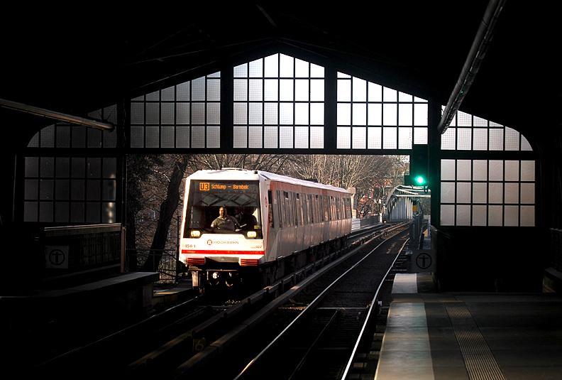 Licht und Schatten an der Station Uhlandstraße der Hamburger Hochbahn, aufgenommen am 10.03.2014.