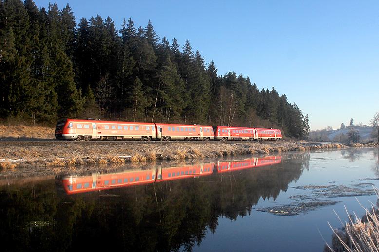 Mit Neigetechnik durchs Allgäu: Am 12.12.2013 ist eine Doppeltraktion 612er nahe Ruderatshofen unterwegs.