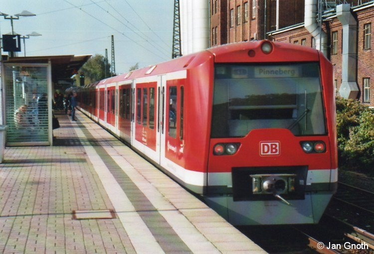 Während des Wartens auf den Uerdinger Schienenbus der AKN beim 14. verkehrshistorischen Tag in Hamburg am 05.10.2014 entstand auch dieses Bild in Eidelstedt: Die Baureihe 474 kam am 24.08.1997 zunächst auf der S1 in den Fahrgasteinsatz und folgte ab 1998 auch auf den anderen Linien, zunächst auf der S3, später auch auf der S21. Seitdem ist die Baureihe 474 auch in Eidelstedt regelmäßig anzutreffen und wird es auch bleiben, wenn ab 2016-18 die Baureihe 490 eingeführt wird.