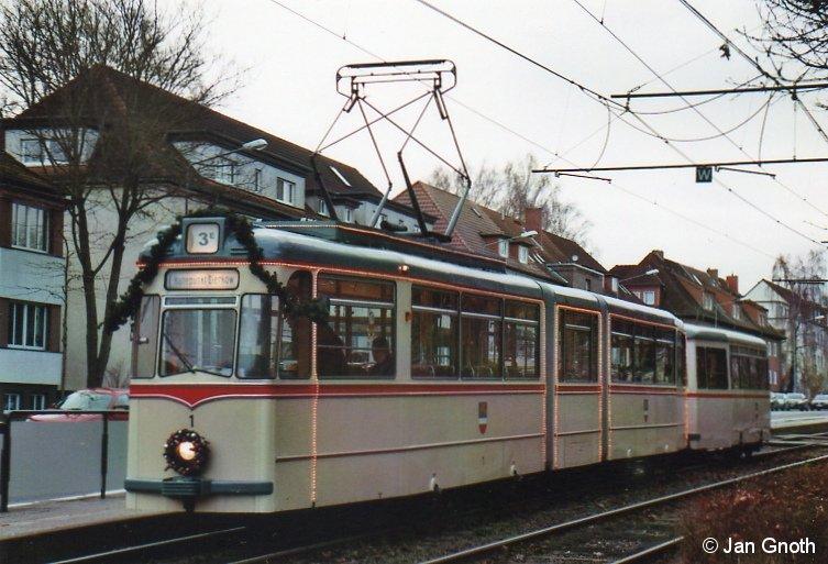 Der weihnachtlich geschmückte historische Gotha-Gelenktriebwagen 1 der Rostocker Straßenbahn AG steht am 06.12.2014 am Platz der Jugend zur Abfahrt nach Haltepunkt Dierkow bereit.