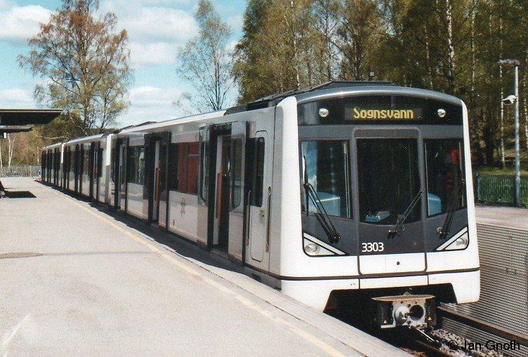 MX 3003 steht am 14.05.2015 (Himmelfahrtsdonnerstag) am westlichen Endpunkt der Linie 6 in Sognsvann bereit zur Abfahrt über den Ring nach Bergkrystallen.