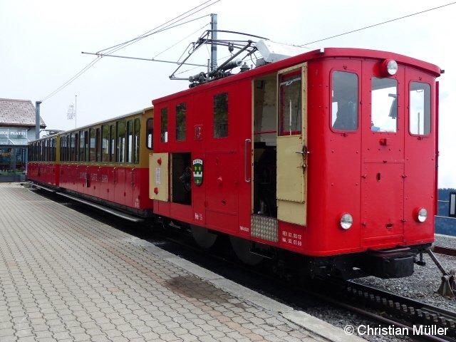 Abgebildet ist die elektrische Zahnradlok He 2/2 an der Bergstation