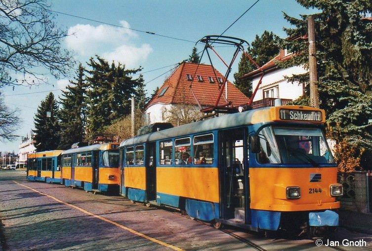Tatra-Einsätze auf den Linien 10, 11, 16 sind eigentlich nicht mehr vorgesehen, rein theoretisch aber weiterhin jederzeit möglich. So auch am 10.04.2015, als ein Großzug mit Tw 2144 an der Spitze am südlichen Endpunkt der Linie 11 in Markkleeberg-Ost zur Abfahrt nach Schkeuditz bereit steht. Leider war an diesem Tag die Linie 11 aufgrund von Bauarbeiten zwischen Gohlis-Süd und Wahren gesperrt, so dass diese Fahrt bereits in Gohlis-Süd endete und dieser schöne Tatra-Großzug zum Betriebshof aussetzte.