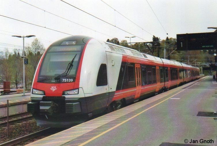 BM75 139 steht am 12.05.2015 in Eidsvoll (Stadt der norwegischen Verfassung vom 17.05.1814) zur Abfahrt nach Kongsberg bereit.