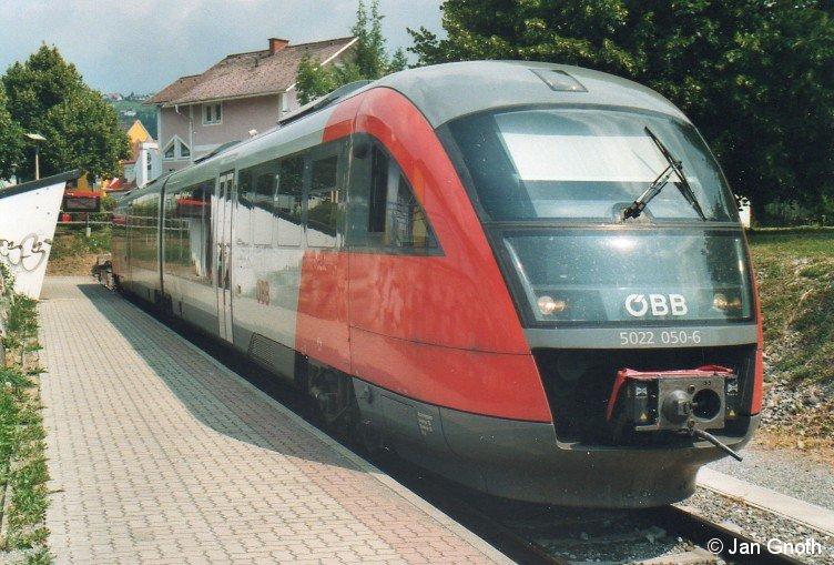 Seit 1992 setzt die Steiermärkische Landesbahn auf der Strecke Gleisdorf - Weiz zwei 5047 mit den Nummern 51 und 52 ein. Um den durch zusätzliche durchgehende Züge Weiz - Gleisdorf - Graz entstandenen Fahrzeug-Mehrbedarf abzudecken und die beiden 5047 51 + 52 zu ersetzen, hat die Steiermärkische Landesbahn im Jahr 2009 drei Stadler GTW 2/6 bestellt, welche seit Anfang 2011 zum Einsatz kommen. Bis dahin wurde der Fahrzeug-Mehrbedarf seit Dezember 2009 durch den von der ÖBB angemieteten Desiro 5022 050 abgedeckt, welcher auf dem Bild vom 23.07.2010 in Weiz zur Abfahrt nach Gleisdorf bereit steht. Bevor die 5047 51 + 52 im Jahre 1992 auf die Strecke Gleisdorf - Weiz gekommen sind, wurden auf dieser Strecke Uerdinger Schienenbusse der Baureihe 5081 eingesetzt.