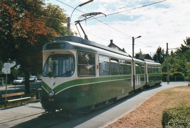 Im Sommer 2010 stand die Lieferung der Stadler Variobahnen an die Grazer Verkehrsbetriebe noch bevor und das Bild auf der Linie 7 war noch recht bunt. Im Jahre 2015 wurde die Lieferung der 45 bestellten Stadler Variobahnen abgeschlossen und die Linie 7 komplett auf die neuen Fahrzeuge umgestellt. Bilder wie hier der Wagen 506 am westlichen Endpunkt der Linie 7 in Wetzelsdorf sind somit nicht mehr möglich und damit historisch.