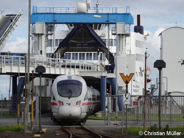 Dieselbetriebener ICE von Hamburg nach Kopenhagen in Puttgarden beim Befahren einer Fähre der Vogelfluglinie.