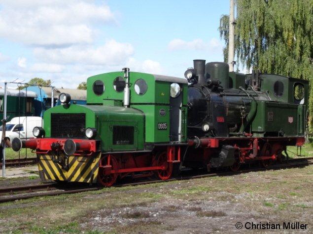 Abgebildet ist die 1925 von HANOMAG gebaute Dampflokomotive Nr.2, geschoben von der bei DEUTZ gefertigten Köf 0605 auf dem Freigelände des Historischen Lokschuppen Wittenberge. Die Aufnahme entstand am Samstag den 26.9.2015.