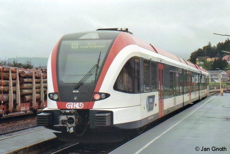 Generationswechsel vollzogen: Als erste von 3 Privatbahnen hat im August 2013 die Graz-Köflacher-Eisenbahn ihre als VT70 bezeichneten VT2E durch Stadler GTW 2/8 ersetzt, bei Altona-Kaltenkirchen-Neumünster steht dieses für Dezember 2015 bevor. Auf dem Bild vom 25.08.2015 ist Stadler GTW 2/8 5063 007 (GKE-intern als VT63 07 bezeichnet) von Graz kommend in Wies-Eibiswald eingetroffen und wird nach rund 30minütigem Aufenthalt nach Graz zurück fahren. An gleicher Stelle hat der Autor im Jahre 2010 noch VT70 fotografiert.