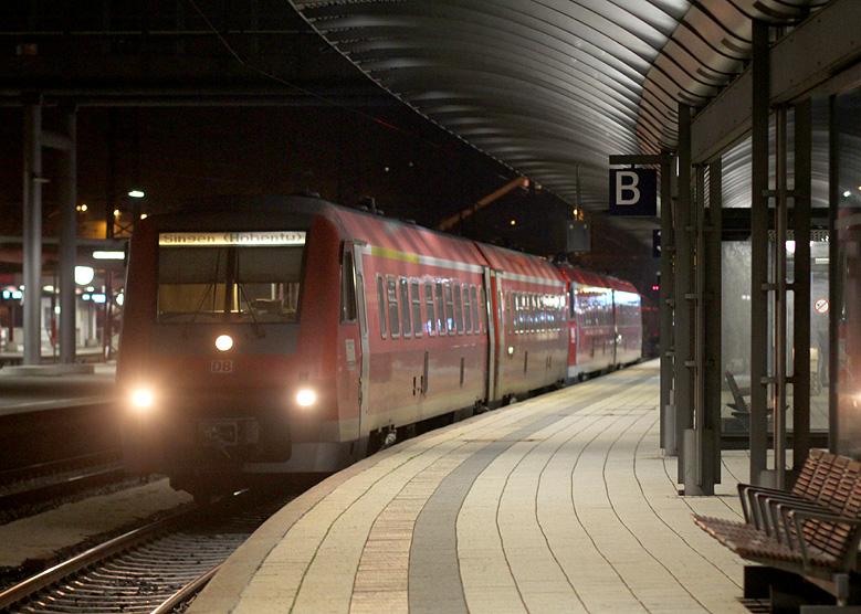 Eine Doppeltraktion 611er wartet am Abend des 19.12.2015 in Ulm Hbf auf die Abfahrt nach Singen. Sämtliche Fahrzeuge der Baureihe 611 und 612 in Deutschland durften zu dem Zeitpunkt nur mit ausgeschalteter Neigetechnik fahren.