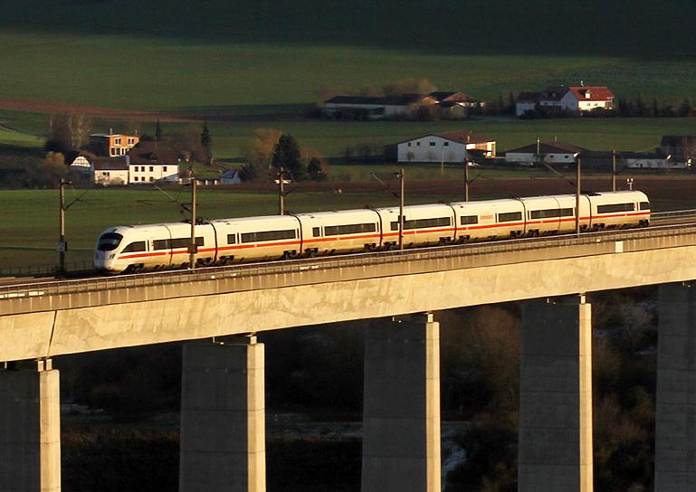 Am 22.11.2015 ist ein ICE-T auf der Schnellfahrstrecke nördlich von Würzburg unterwegs. Die Aufnahme entstand bei Zellingen.