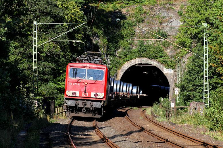 155 229 ist am 10.09.2015 mit einem Güterzug auf der Siegstrecke unterwegs. Die Aufnahme entstand in Scheuerfeld.