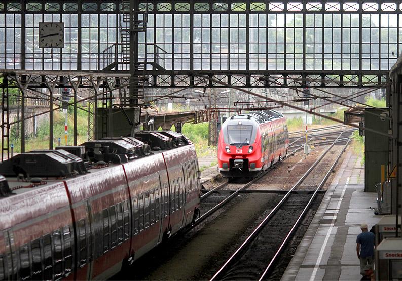 Blick von der DB Lounge auf die Gleise des Dresdner Hauptbahnhofs am 20.07.2015. Ein Talent-Triebzug fährt ein