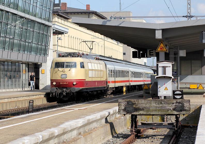 103 245 mit einem Intercity am 26.06.2015 in Augsburg Hbf