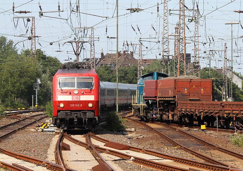 120 mit Intercity trifft auf V 60 mit Bauzug. Aufgenommen am 11.07.2015 in Duisburg Hbf