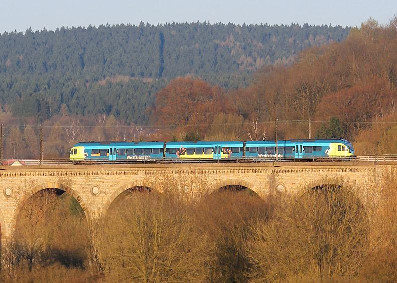 Am 18.04.2015 passiert ein Triebzug der Westfalenbahn den Altenbekener Viadukt