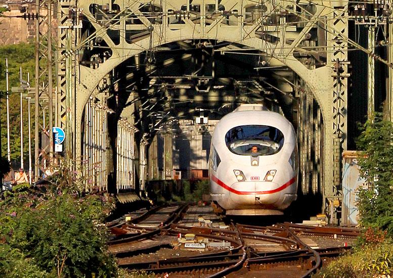 Am 10.09.2015 passiert ein ICE-3 die Hohenzollernbrücke in Köln