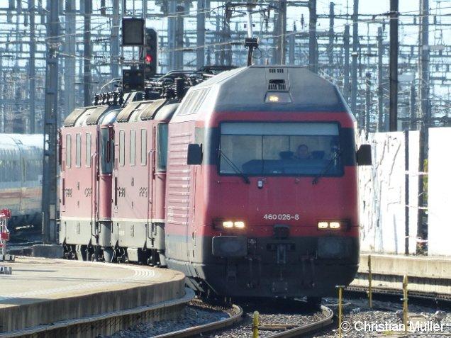 Elektrolok 460 026-8 in der Nachmittagssonne auf Gleis 17 des Hauptbahnhofs von Zürich. Dahinter sind zwei Zugmaschinen der Baureihe 11247 zu sehen. Das Aufnahmedatum ist Sonntag, der 10.4.2016.
