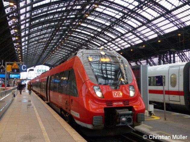 Im Kölner Hauptbahnhof befindet sich auf Gleis 2 der Talent-Triebzug BR 442 256 des Rhein-Sieg-Express auf der Fahrt nach Siegen. Derweil wartet auf Gleis 4 rechts im Bild ein ICE2 auf den Abfahrauftrag. Die Aufnahme entstand am 30.4.2016.