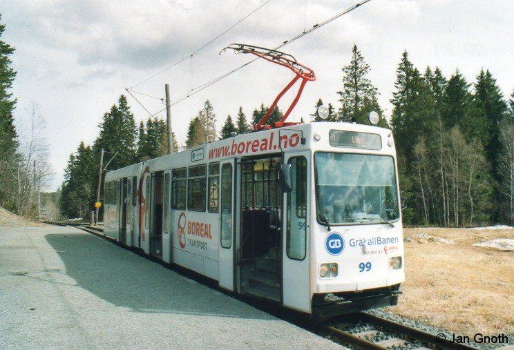 Ursprünglich eine vom übrigen Trondheimer Straßenbahnnetz unabhängig betriebene Überlandstraßenbahn ist die Gråkallbahn seit 1988 die letzte noch in Betrieb befindliche Trondheimer Straßenbahnstrecke und gleichzeitig der einzige Betrieb mit 1000 Millimeter Spurweite in Norwegen. Auf dem Bild vom 04.05.2016 ist Wagen 99 an der außerhalb von Trondheims Stadtgebiet gelegenen Endhaltestelle Lian angekommen und wird nach 5-minütigen Aufenthalt wieder ins Trondheimer Stadtzentrum nach St. Olavsgate zurückfahren. Die Strecke ist 8,8 Kilometer lang und die Fahrzeit beträgt 21 Minuten.