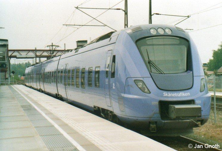 Der Malmöer Pågatåg wird gerne mit den übrigen schwedischen Pendeltåg-Systemen in Stockholm und Göteborg verglichen, ist aber gegenüber diesen Systemen mehr eine Regionalbahn als eine S-Bahn, für welche die örtliche Politik in der Region Skåne jedoch eine S-Bahnähnliche Vermarktung wünscht. Auf dem Bild vom 20.05.2016 ist ein von Hässleholm kommender Pågatåg in Markaryd angekommen und wird nach 20-minütigem Aufenthalt nach Hässleholm zurück fahren.