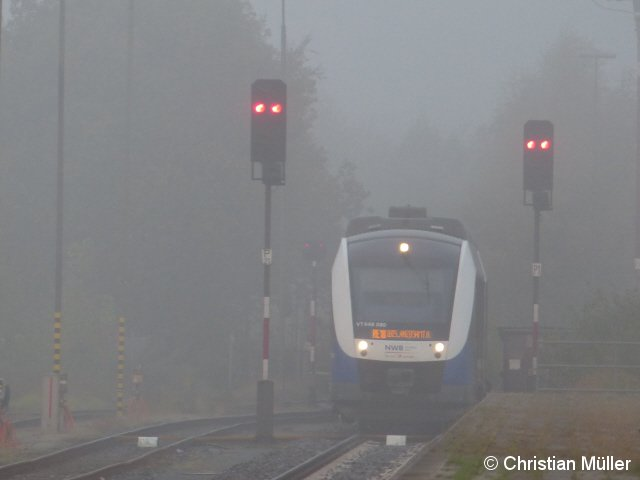 Am 18.10.2016 bei morgendlichem Herbstnebel in den Wilhelmshavener Hauptbahnhof einfahrender Regionalexpress, bestehend aus drei LINT-Triebwagen.