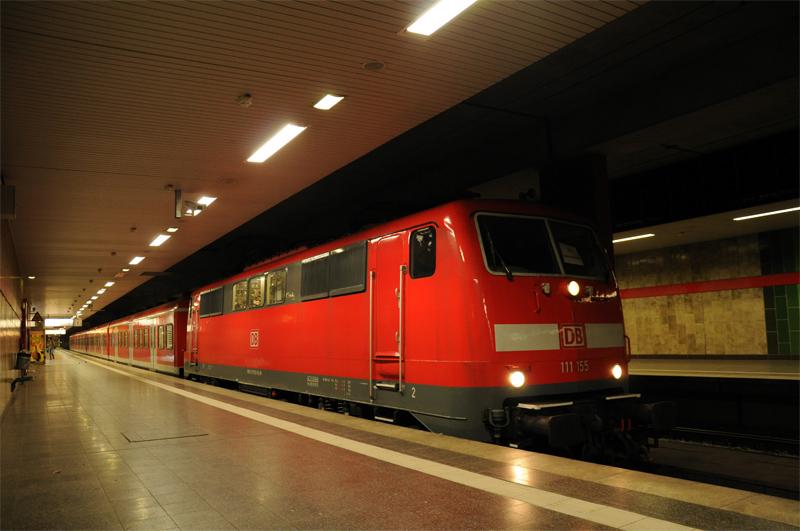 Seit Mitte November dürfen im Ruhrgebiet Fahrzeuge der BR 422 nicht mehr mit Fahrgästen in die Tunnelabschnitte. Daher übernehmen Lok-Wagen-Züge die Aufgabe zwischen Bochum und Dortmund. Neben der BR 143 verkehrt auch 111-155 mit x-Wagen - im Bild in der Station Dortmund Universität.