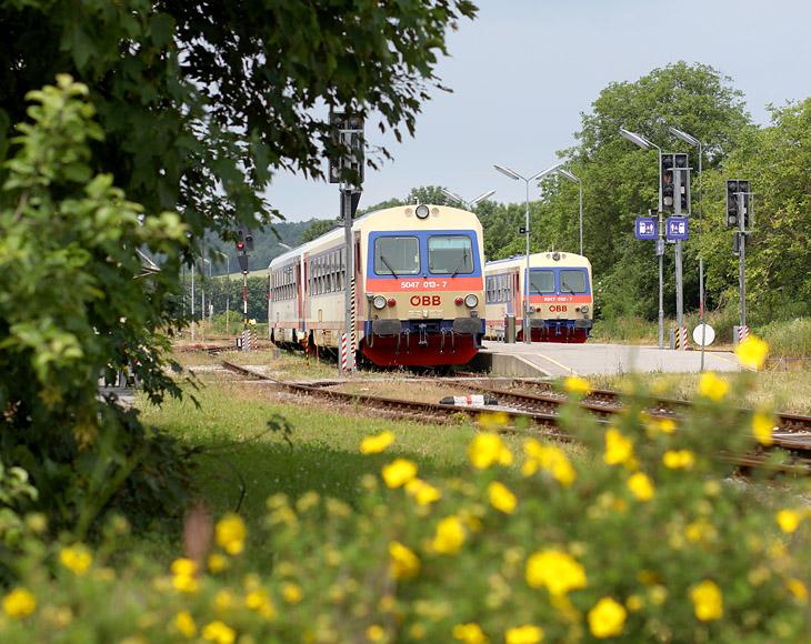 Nebenbahnflair im niederösterreichischen Weinviertel: Bahnhof Groß Schweinbarth am 11.06.2016