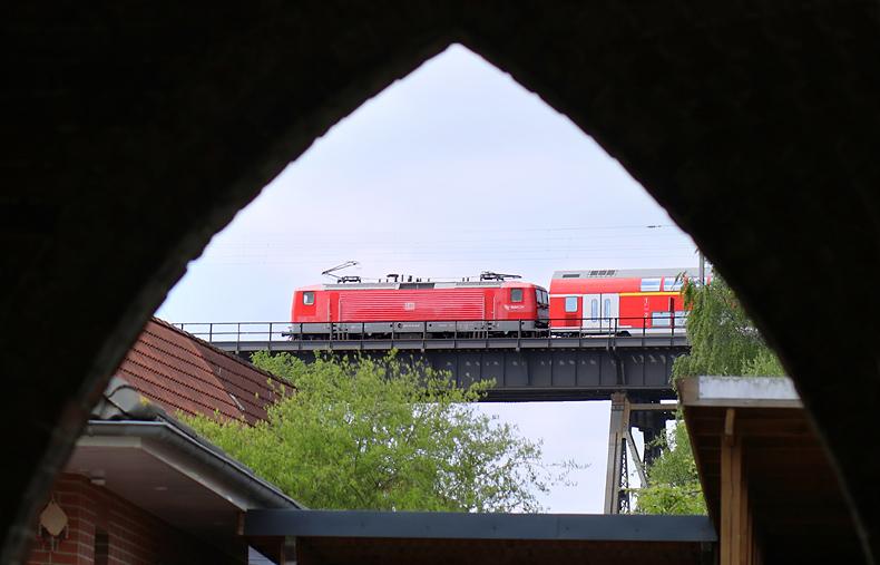 Ein Regionalzug überquert am 16.05.2016 die Stadt Rendsburg auf der berühmten Hochbrücke