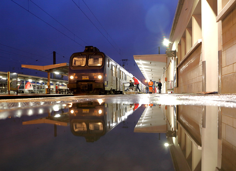 Ein Regionalzug im Bahnhof Besancon am Abend des 25.03.2016