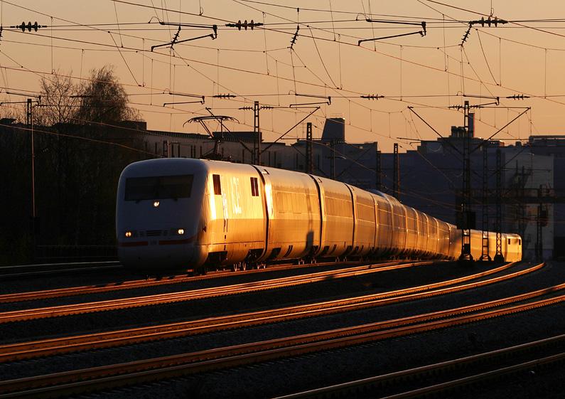 Ein ICE 1 passiert den Haltepunkt Hirschgarten kurz vor seiner Ankunft im Münchner Hauptbahnhof. Aufgenommen am 6.04.2016
