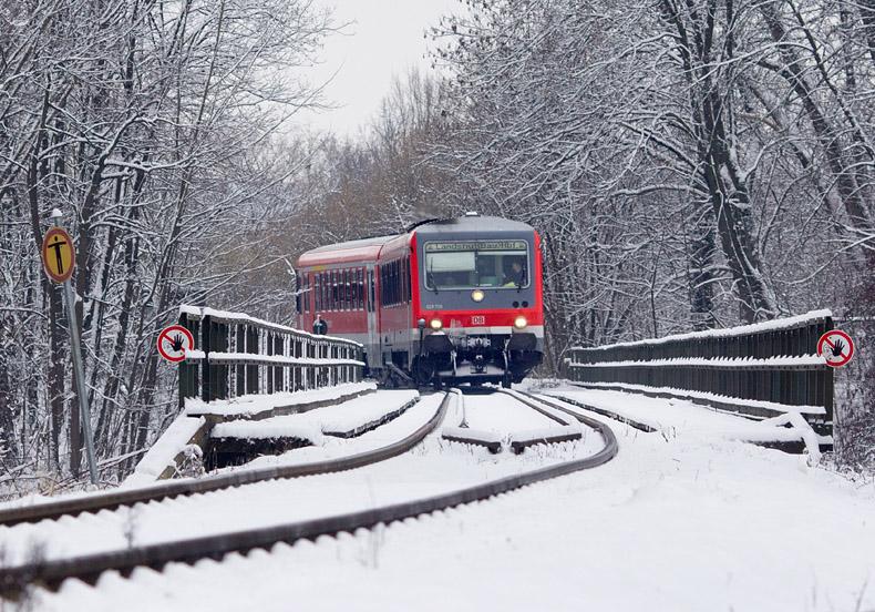 Ein 628er der Südostbayernbahn erreicht am 3.01.2016 das verschneite Landshut.