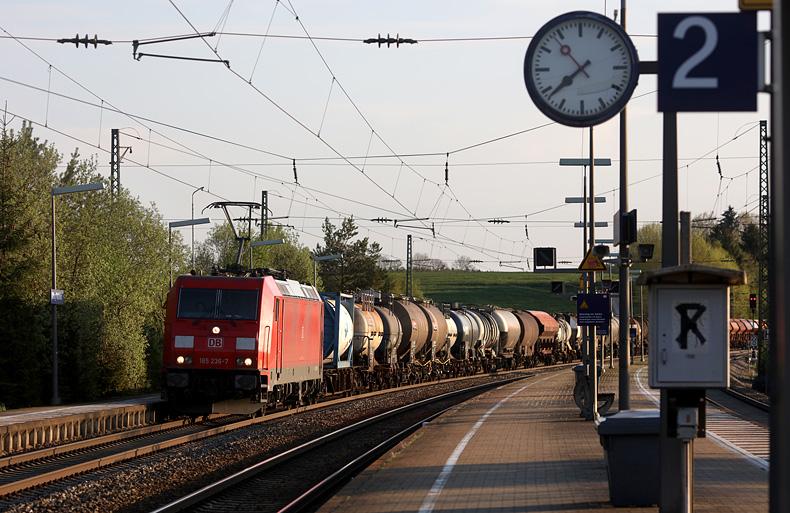 Ein Güterzug passiert am 9.05.2016 den Bahnhof Otting-Weilheim.