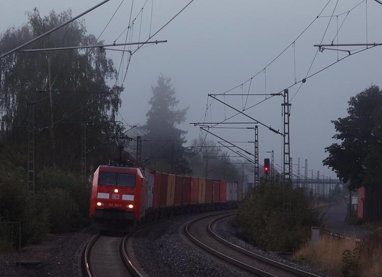 Am nebeligen Morgen des 22.09.2016 passiert ein Güterzug den Haltepunkt Schonungen.