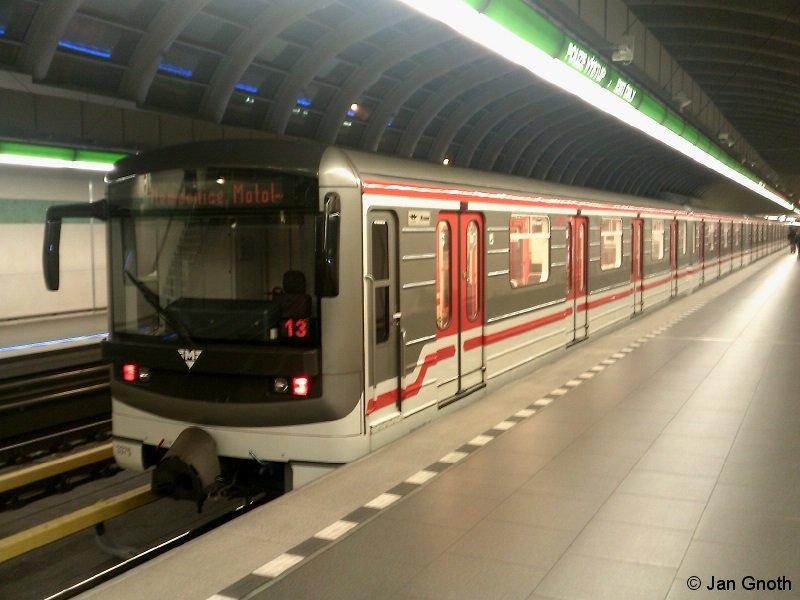 Ein modernisierter 81-71 ist am 18.12.2016 am 2015 eröffneten nordwestlichen Endpunkt der Linie A in Nemocnice Motol angekommen und wird gleich in die Kehranlage aussetzen.