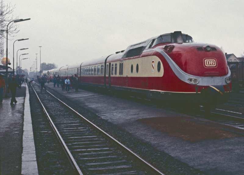 Abgebildet ist ein TEE beim Dampflokfestival Wittingen im Jahre 1985, in dem der Fotograf auf dem Führerstand nach Winsen an der Luhe mitfahren durfte. Die Bildqualität ist wegen des Scans eines verblichenen DIAs leider reduziert.