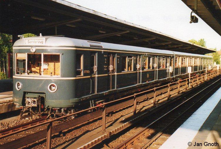 471 082 steht bei seinem ersten Einsatz zu einer langen Nacht der Museen am 05.05.2007 in Barmbek zu seiner ersten Abfahrt an diesem Abend in die Hamburger Innenstadt bereit.
