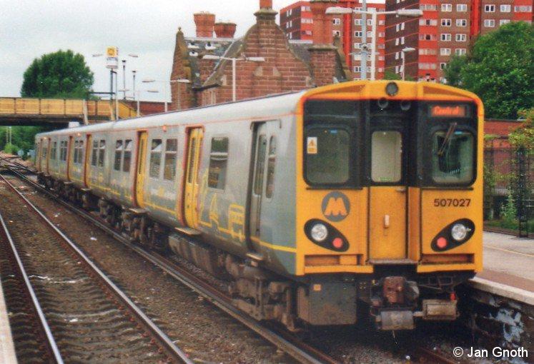 507 027 der Liverpooler Merseyrail ist am 07.07.2017 am südöstlichen Endpunkt der Wirral Line in Ellesmere Port angekommen und wird nach rund 12minütigem Aufenthalt nach Liverpool Central zurück fahren.