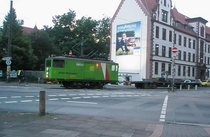 """Der Üstra Arbeitstriebwagen """"Güter-TW 806"""" von 1930 verlässt Betriebshof Glocksee mit angehängtem Flachwagen und fährt in die Braunstraße ein. Das Bild entstand im August 2017."""