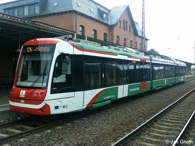 Seit 1. Oktober 2016 ist die erste Ausbaustufe der Citybahn Chemnitz in Betrieb, bei der 2-System-Fahrzeuge nach Karlsruher Vorbild am Chemnitzer Hauptbahnhof von der Straßenbahn auf die Eisenbahn und umgekehrt wechseln und somit direkte Verbindungen zwischen dem Chemnitzer Stadtzentrum und Umland herstellen. Auf dem Bild vom 24.08.2017 ist Vossloh-Kiepe CityLink 434 soeben am äußeren Endpunkt der Linie C14 in Mittweida eingetroffen und wird nach kurzem Aufenthalt gleich wieder ins Chemnitzer Stadtzentrum nach Stadlerplatz zurück fahren.