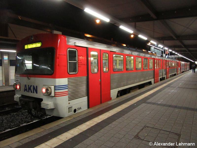 Zwei Jahre ist es nun schon her, dass der letzte Zug des Typs VT2E auf dem AKN-Netz im südlichen Schleswig-Holstein unterwegs war, seitdem ist der Bestand dieser eigens für die AKN entwickelten Flotte weitestgehend endverwertet (verschrottet) worden. Nicht so aber dieser Zug, der die allerletzte Fahrgastfahrt durchführte: Beide Einheiten - 2.42+2.39 - wurden an das Bayerische Eisenbahnmuseum nach Nördlingen verkauft. Das Foto entstand in der Nacht zum 13.12.2015 im Bahnhof Henstedt-Ulzburg kurz vor der Weiterfahrt Ri. Kaltenkirchen.