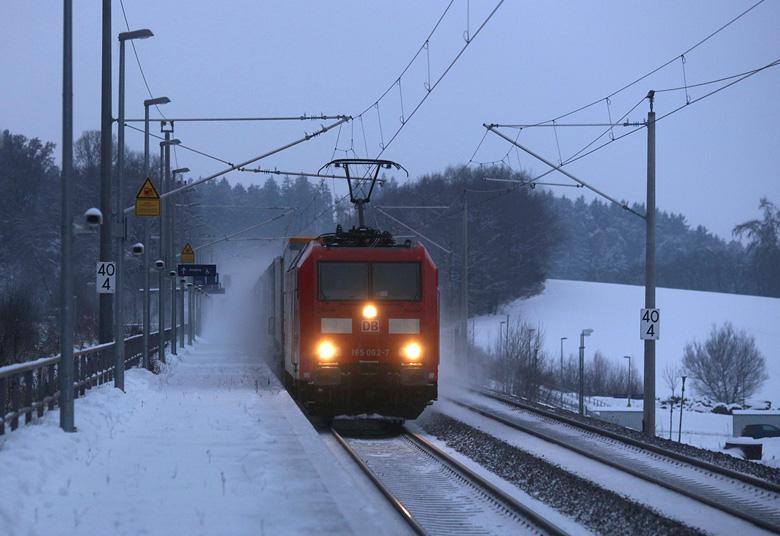 Am winterlichen 8. Januar 2017 durchfährt 185 062 mit einem Güterzug den Haltepunkt Paindorf zwischen München und Ingolstadt.